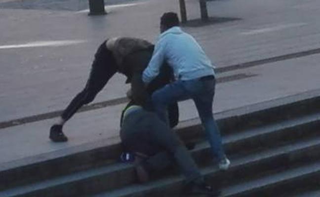 Dos jóvenes atacan a otro detrás de la estación de Abando a plena luz del día