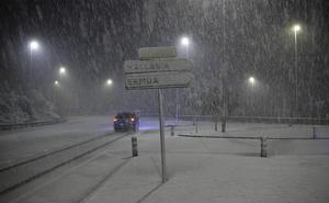 El temporal se recrudece: la nieve vuelve a los montes de Bizkaia