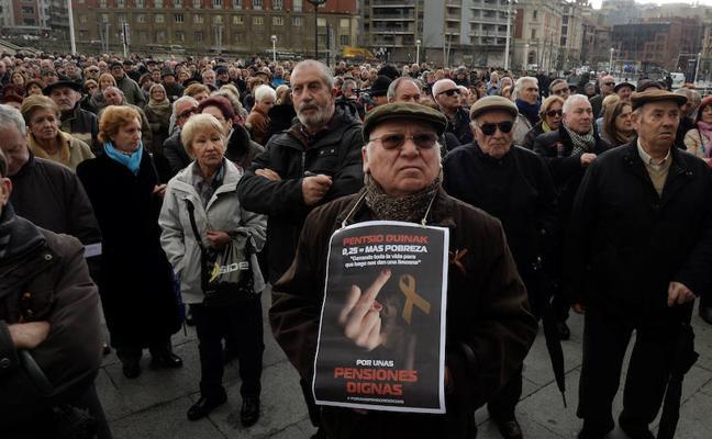 El Gobierno planea eximir del IRPF a los pensionistas que cobren menos de 17.000 euros