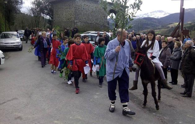 Los niños de Zeanuri se preparan para escenificar el Domingo de Ramos