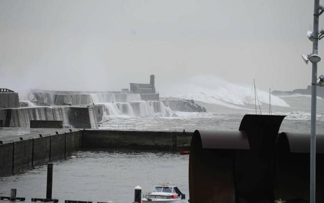 Olas gigantes y viento huracanado: la ciclogénesis explosiva 'Hugo' activa la alerta naranja en la costa vasca