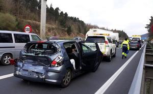 Tres heridos en un choque entre un camión y dos coches en el corredor del Txorierri