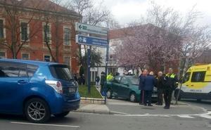 Un coche involucrado en una colisión atropella a dos peatones en Vitoria