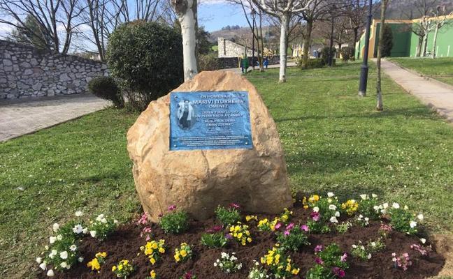 Etxebarri coloca una placa en recuerdo a Mariví Iturbe