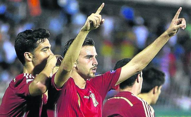 Un triplete de Mayoral evita que España pague sus errores defensivos