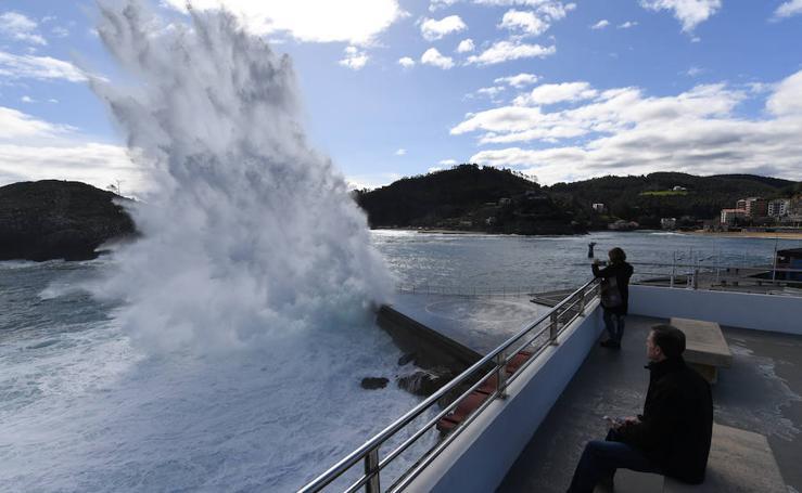 El oleaje empieza a azotar la costa vizcaína