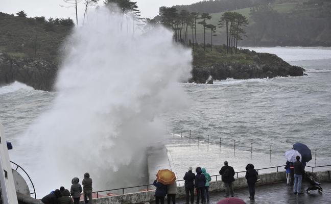 Las olas azuzadas por 'Hugo' hunden varios barcos de recreo en Bermeo