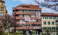 Jóvenes ocupan un edificio en Gernika para denunciar «la problemática de la vivienda»