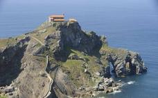 Un helicóptero rescata a una mujer accidentada en San Juan de Gaztelugatxe