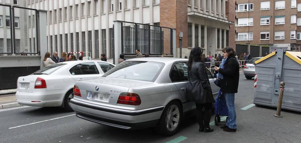 La Policía Local de Vitoria plantea reservas de aparcamiento para evitar las dobles filas en los colegios