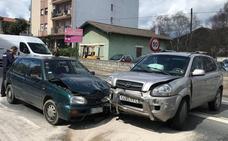 Dos heridos leves en una colisión entre dos coches en Muskiz