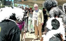 Guardabosques índigenas reciben con plumas a Carlos de Inglaterra