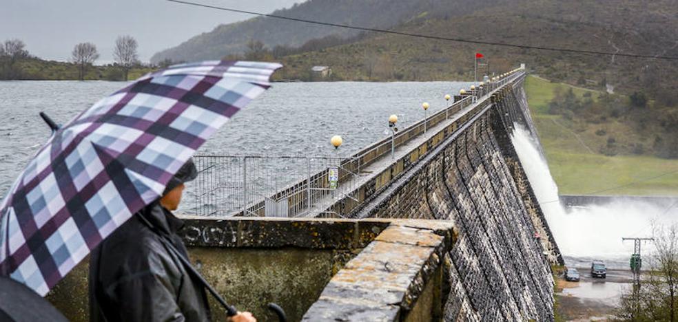 El embalse de Ullíbarri recibe más agua de la que suelta y ya supera el 96% de su capacidad