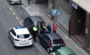 Los policías del robo del lunes en Santutxu: «Venía corriendo hacia mí y entre otro y yo le bloqueamos el paso»