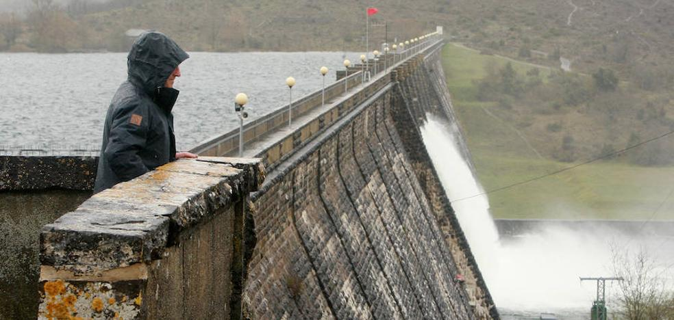 El pantano de Ullibarri recibe 4,4 veces más agua de la que vierte