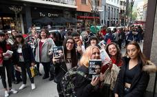 El fenómeno 'Blue Jeans', el escritor de moda entre los adolescentes, llega a Bilbao