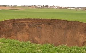 Aparece un cráter de diez metros de profundidad en una finca agrícola de Cuenca