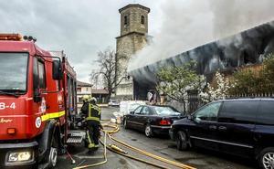 Los bomberos acotan el perímetro de la nave incendiada en Aránguiz ante el riesgo de «colapso y derrumbe»