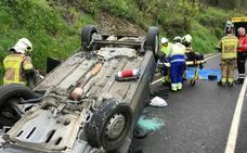 Bomberos rescatan a un conductor de 78 años atrapado tras volcar en Arrieta