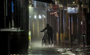 La lluvia, un tipo con un hacha y noé