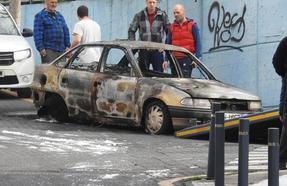 Arden de madrugada un coche en Ortuella y tres contenedores en Santurtzi