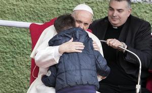El Papa consuela a un niño que le preguntó entre lágrimas si su padre ateo estaba en el cielo