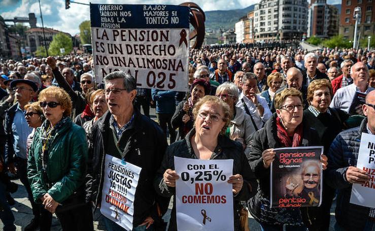Los jubilados se plantan un lunes más frente al Ayuntamiento para exigir unas pensiones «dignas»