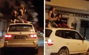 Graban a dos chicas bailando sobre un coche en marcha en Jávea