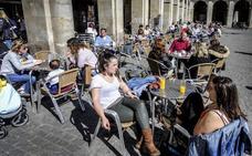 El sol y las temperaturas primaverales llenan las terrazas de Vitoria