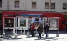 El autobús para conocer la Diputación aparca en la plaza Arizgoiti de Basauri