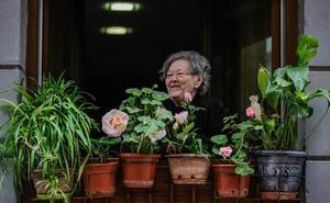 La primavera florece en los balcones y fachadas del casco viejo de Bermeo