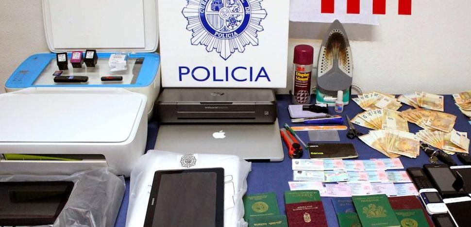 Detienen en Bizkaia a tres implicados en una red de subsaharianos que suplantaba identidades para sacar carnés de conducir