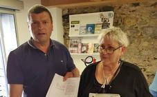 Vecinos de Orduña entregan 447 firmas para que el busto de Fandiño se coloque en el centro