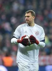 Neuer vuelve a entrenarse con sus compañeros