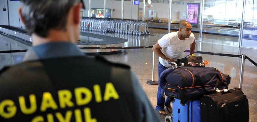 Sanción a un guardia civil de Loiu que no vigiló el escáner de maletas por jugar con el móvil