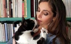 La mascota de... Espido Freire: «Mis gatas no son hurañas ni ariscas»