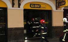 Los bomberos sofocan un pequeño incendio en un supermercado del centro de Vitoria