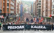 Miles de personas piden en Bilbao que se acabe el primer grado para los presos de ETA