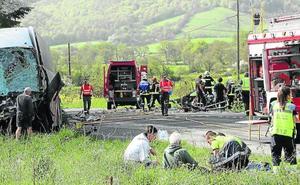 Dos muertos y diez heridos en una colisión frontal entre un coche y un autobús en Lantz