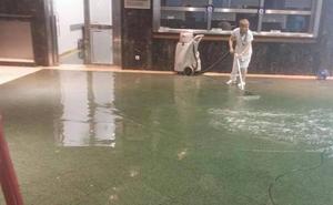 Una tromba de agua anega el hospital de Cruces