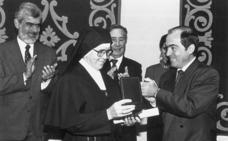 Eusko Ikaskuntza y Euskaltzaindia se cuelgan la Medalla de Álava