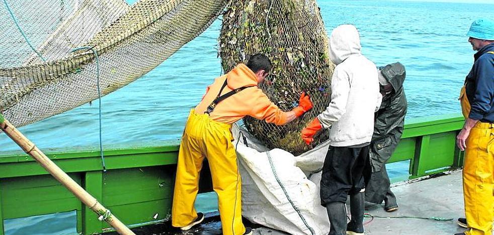 Cientos de barquitos de madera buscan basura en el Cantábrico