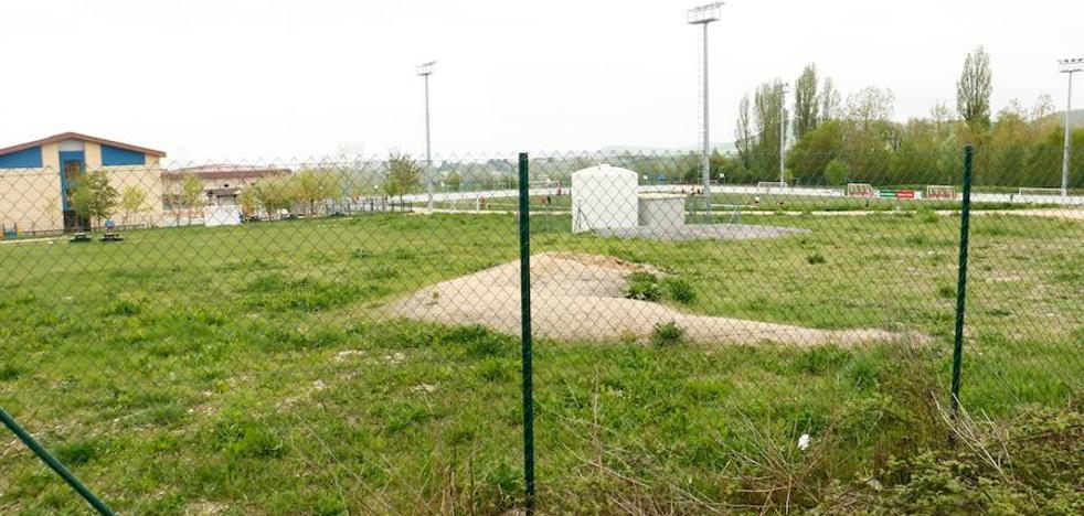 La valla que enfrenta a Urtaran con la ikastola Olabide