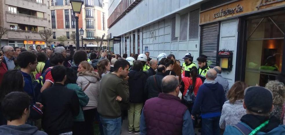 Tensión en la calle Bizenta Mogel por la identificación de un joven