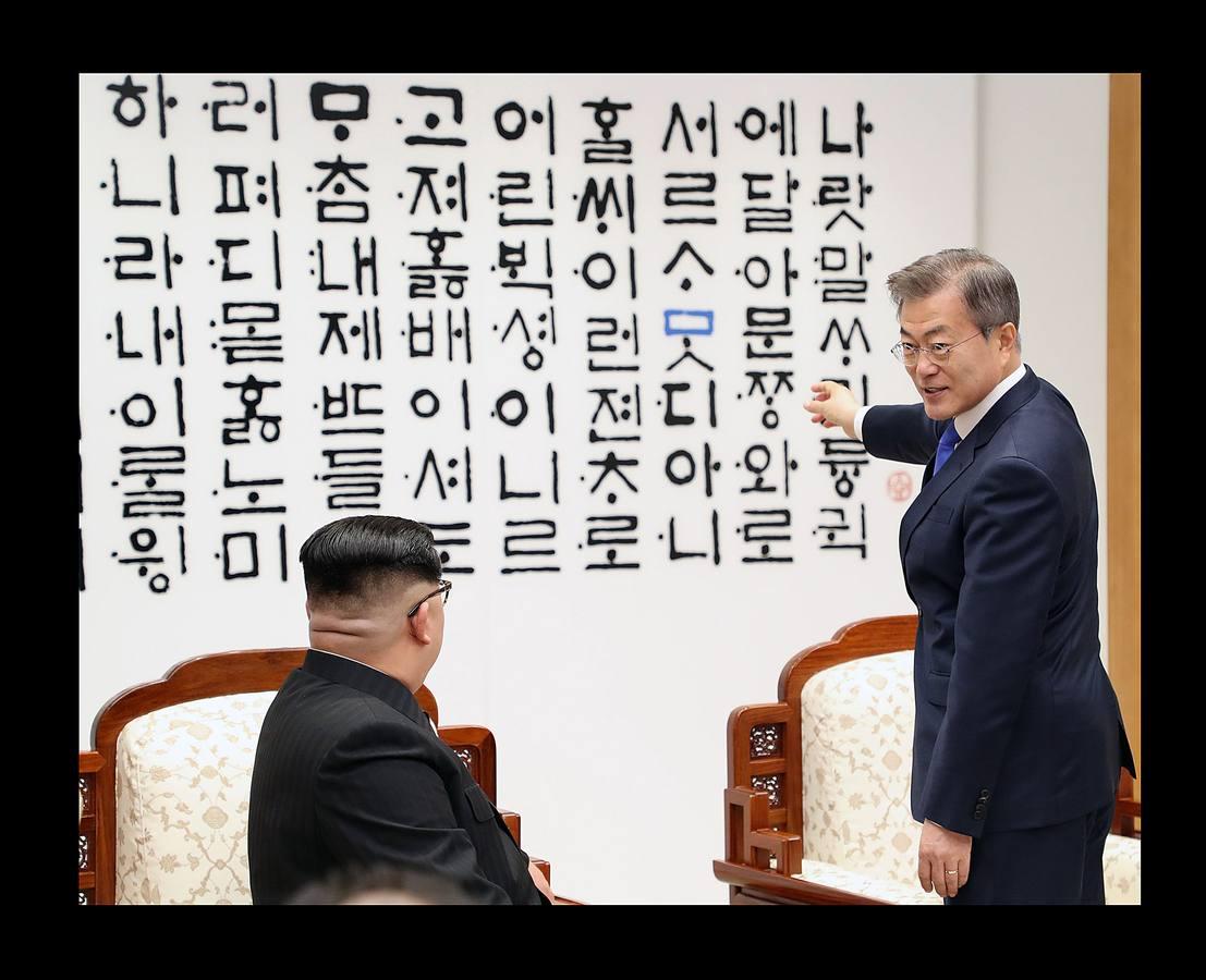 Kim y Moon escenifican un emotivo primer paso hacia la reconciliación coreana