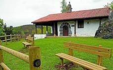 Instalan nuevo mobiliario en el barrio rural de Santa Cruz