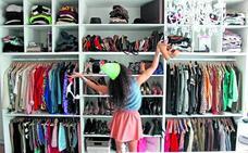 Acaba con el caos de tu armario: las claves para no acumular ropa