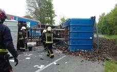 Un camión de chatarra pierde su carga en el 'punto negro' de la N-240 a su paso por Legutiano