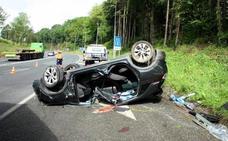 Fallece una persona en Gipuzkoa al salir de la calzada el vehículo y chocar contra una farola