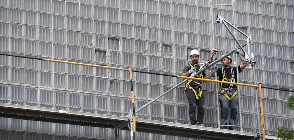 Moneo atribuye los daños en la fachada de la biblioteca de Deusto a un problema de «dilatación» de los materiales
